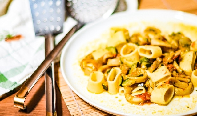 Calamarata pasta con zucchine bottarga e calamari