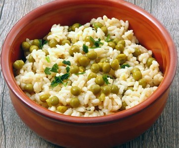 Risotto with peas is a great recipe that vegans will enjoy.